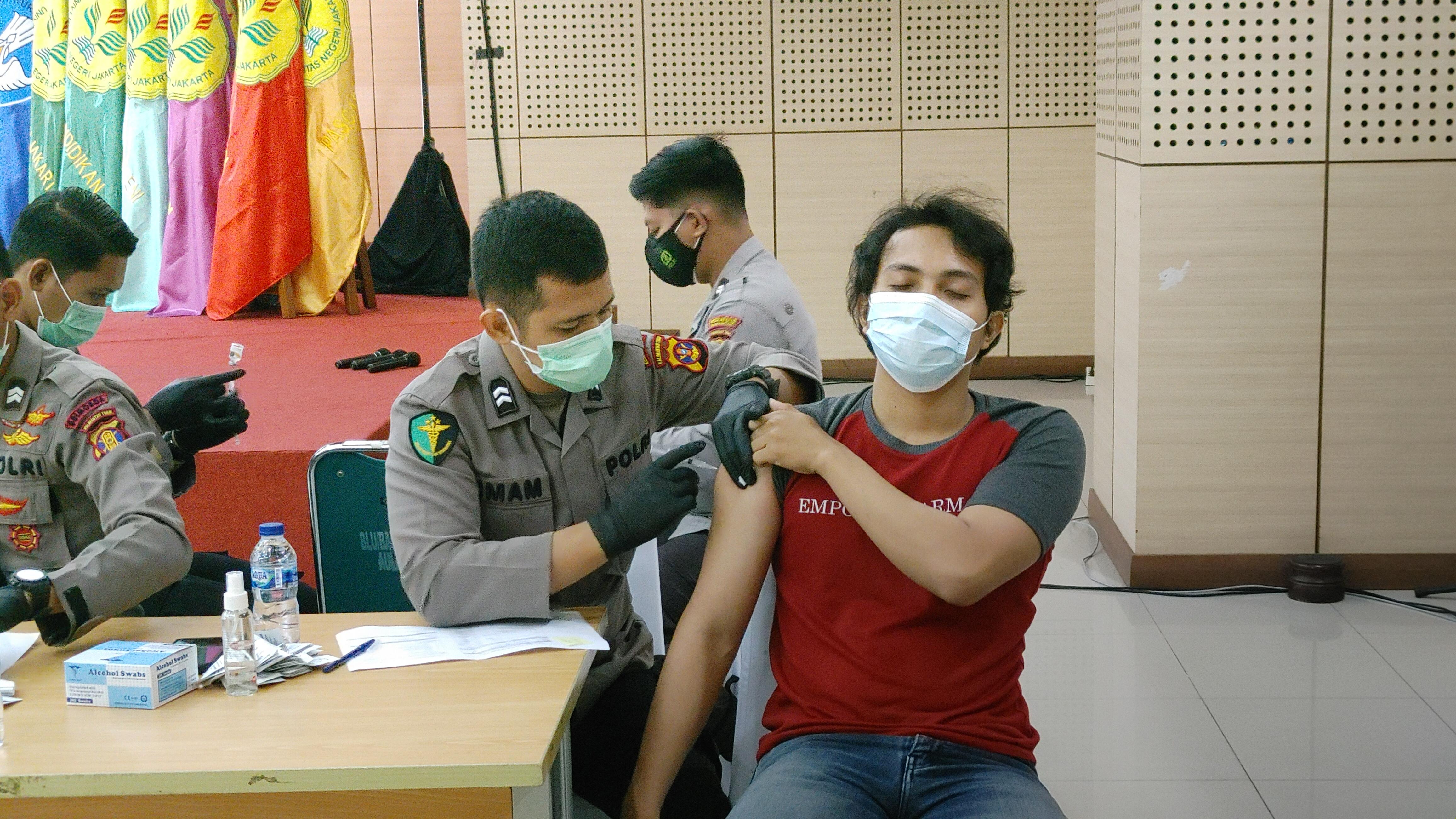 UNJ Bekerjasama Dengan Tim Dokter Mabes Polri dan PB PMII Selenggarakan Program Vaksinasi Massal
